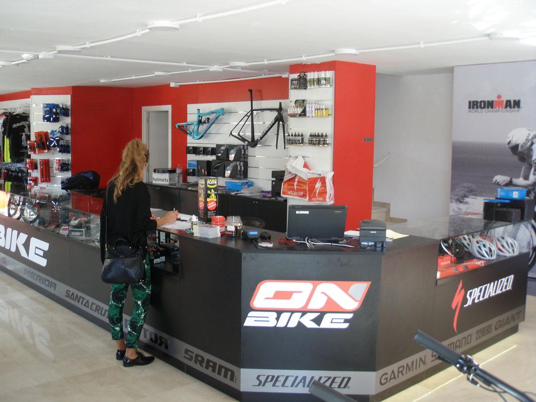 diseño tienda onbike alcoy mostrador